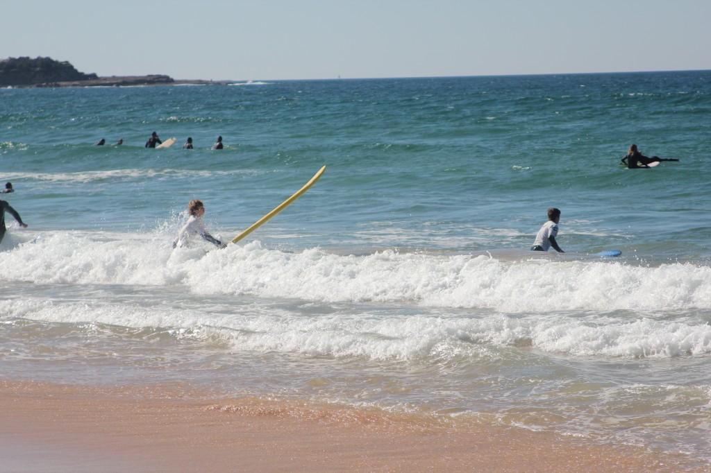 Surfers op het strand.