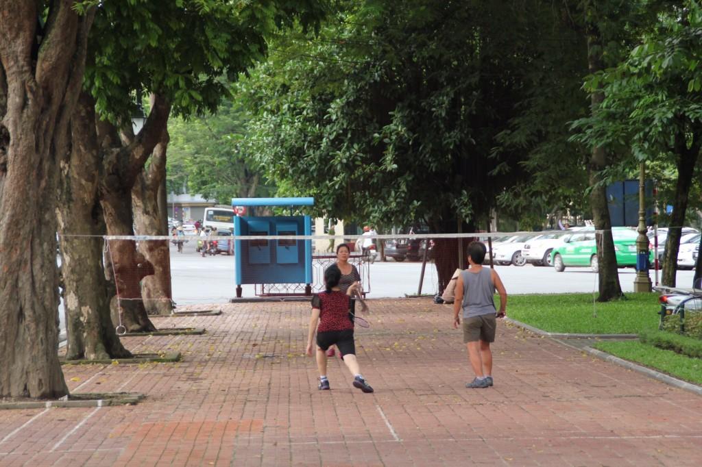 De badmintonstraat met getekende velden op de stoep.